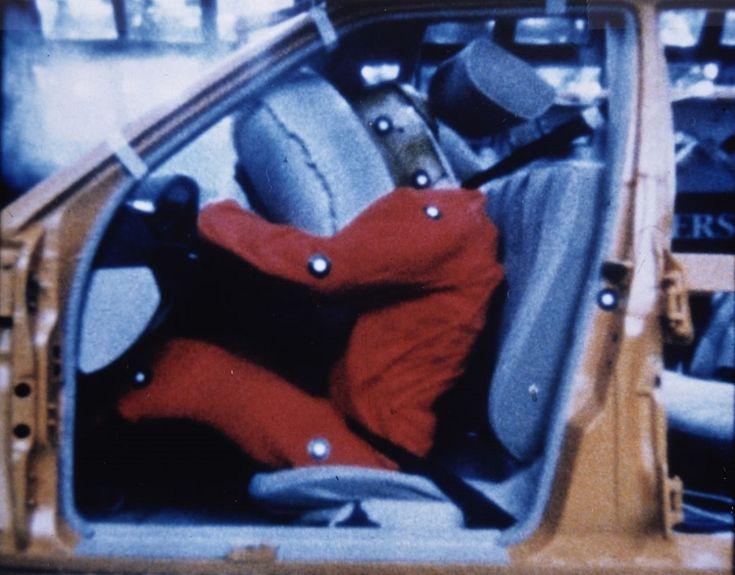 Первая подушка безопасности появилась в 1973 году - http://amsrus.ru/2014/09/16/pervaya-podushka-bezopasnosti-poyavilas-v-1973-godu/