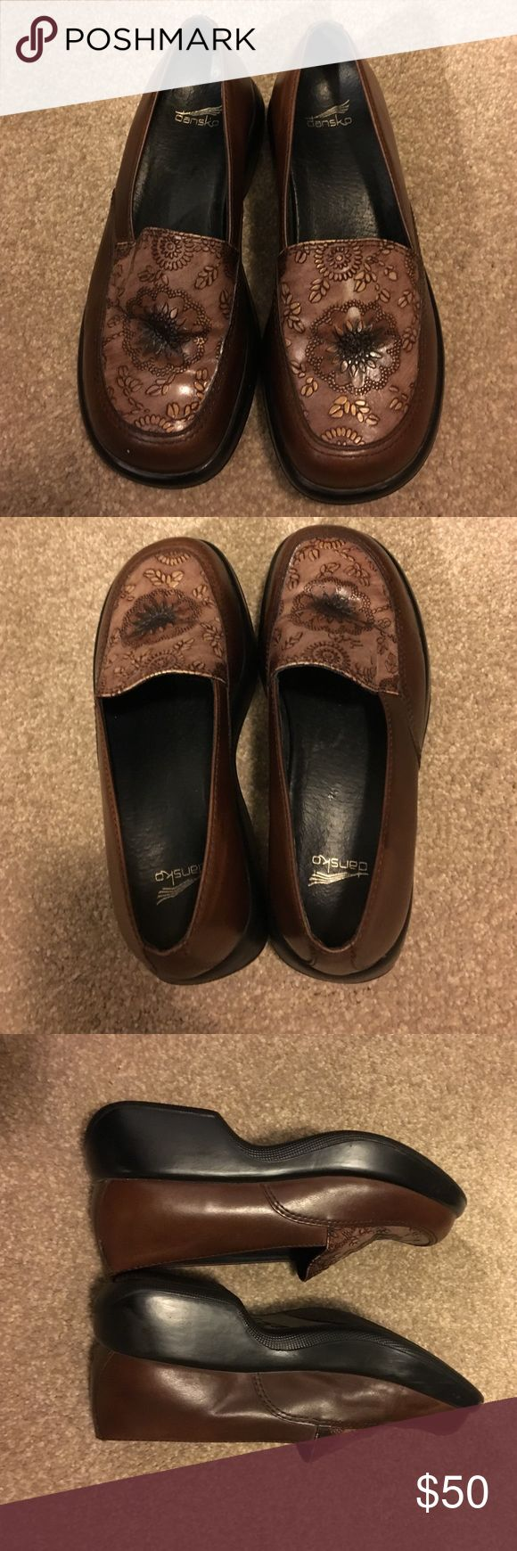 👢🕶Dansko ladies Shoes 👢🕶 size 37 These pups are nice. Brown with flower in the middle.. Very comfy. If you have wore this brand you know they are great shoes for all day wear. Size 37 -(7-7.5) new condition. SFH. Thanks for shopping my closet. Dansko Shoes Mules & Clogs