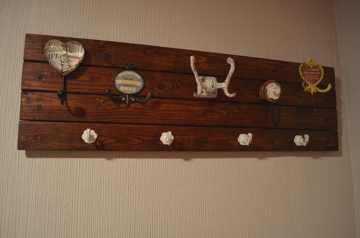 Perchero con 4 tablas de palets y luego a decorado con distintos ganchos, fácil, rápido y practico!