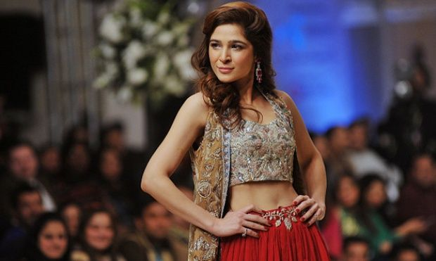 Pose-pose Wanita Cantik Pakistan di Bridal Couture Fashion Week