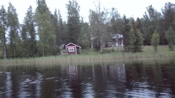 Mitt mellan Övertorneå och Överkalix finns Pasainen en vackert belägen och mytomspunnen by. På bilden är det huset längst söderut som syns. Det vi erfor var liknande som andra råkat ut för där: Det uppstår problem att komma dit eller att ta sig därifrån. I vårat fall. En sensommarkväll skvalpade vi omkring en bit på håll från gården, stannade båtmotorn för att njuta av tystnaden, men när vi sen bestämde oss för att åka hemåt till andra sidan sjön, fick problem att starta motorn igen.