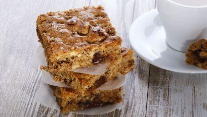 Receta para preparar blondie o brownie rubio, una versión del tradicional brownie. Este pastel es perfecto para cumpleaños, celebraciones y ocasiones especiales.