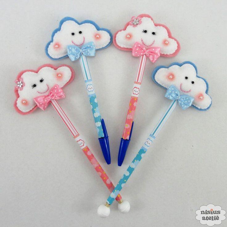 Ponteira de lápis ou caneta decorada com uma nuvem feito em feltro bordado à mão.