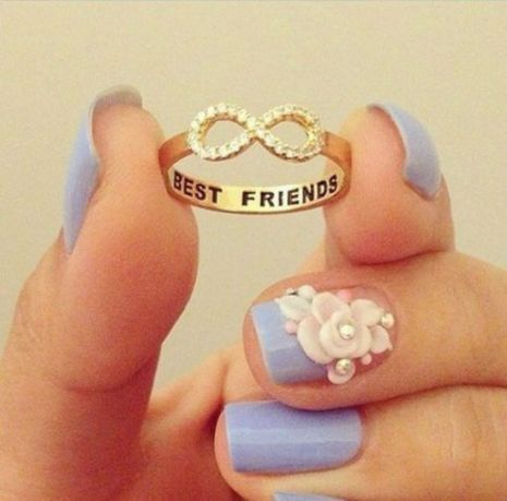 Un anillo con una leyenda grabada