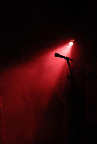 Live concert night stage with light  Plus de découvertes sur Le Blog des Tendances.fr #tendance #mode #blogueur