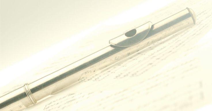 Cómo tocar la flauta traversa. La flauta de concierto, también conocida como flauta traversa, se sostiene horizontalmente mientras se toca. Debes colocar tus labios en una forma conocida como embocadura y soplar una corriente de aire sobre la boquilla para producir el sonido. Estas flautas se hacen comúnmente de metal, pero también pueden estar hechas de bambú, madera o vidrio. ...