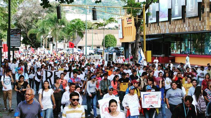 Los jóvenes alzamos la voz las veces que sean necesarias para ser escuchados.  Y la alzamos con argumentos con ideas y con pasión.  Venezuela tiene que levantarse tiene que romper la inercia. Hoy #12F los estudiantes reivindicamos la lucha de calle.  Estaremos durante tres semanas sin descanso en las calles y todo el tiempo que sea necesario.  Venezolanos es el momento. Ante la dictadura no se puede ceder ni un poco.