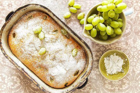 Stačí nalít těsto na plech, hustě posypat oblíbeným ovocem, v tomto případě hroznovým vínem a za chvíli můžete podávat nadýchanou pocukrovanou bublaninu!