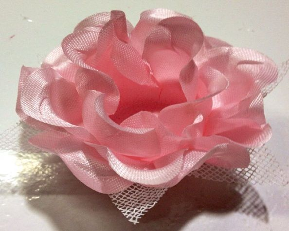Forminha Ísis (rosa) com sépala em tela escócia branca. Celebrity forminhas.