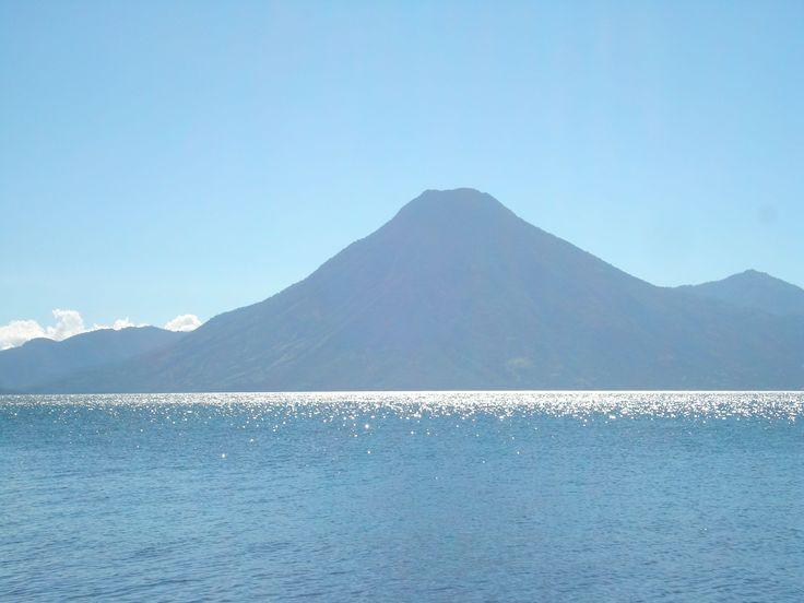 """Il lago di Atitlan in Guatemala, che per i Maya è """"il luogo dove l'arcobaleno prendere i suoi colori"""" è uno dei posti che, rubando le parole di Terzani su Bagan, ti rende orgoglioso di appartenere alla razza umana."""