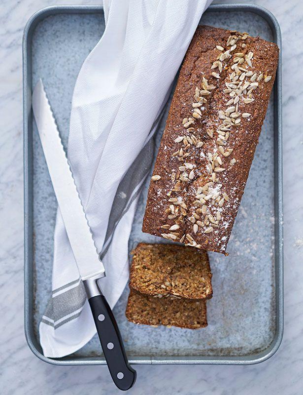 Riktigt mörkt bröd som smakar ljuvligt med en klick saltat smör. Toppa brödet med solroskärnor eller kanske pumpakärnor.