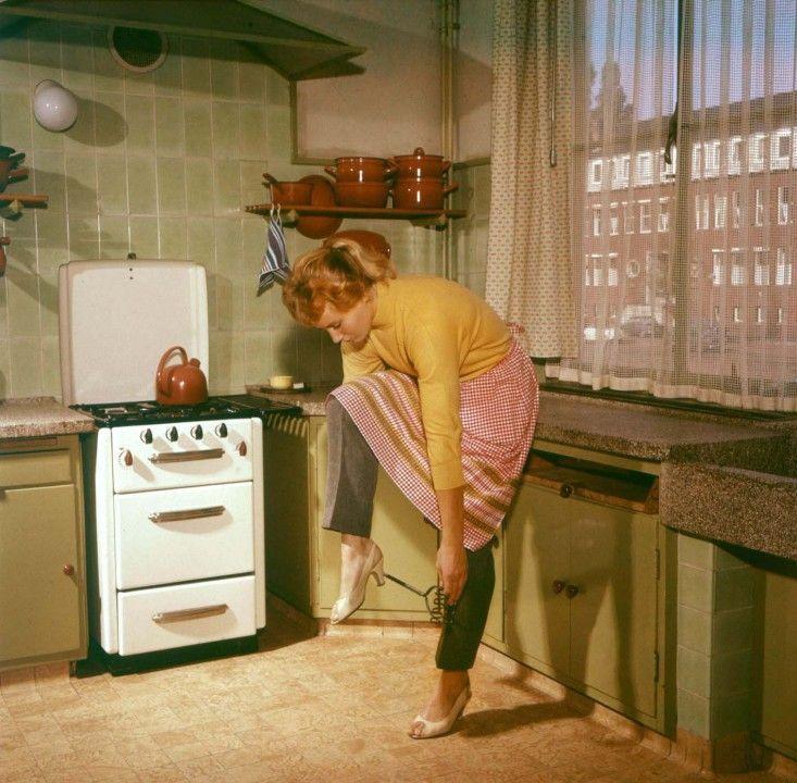 """Prendendo ispirazione dal famoso film del 1972 intitolato """"La fabbrica delle mogli"""", queste immagini anni Cinquanta e Sessanta raffigurano le mogli"""
