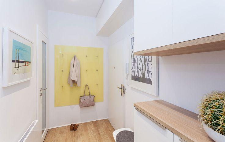 I v malé předsíňi vyšla dobře dispozice pro umístění skříněk na míru, které jsou nutností jako další úložný prostor v bytě.