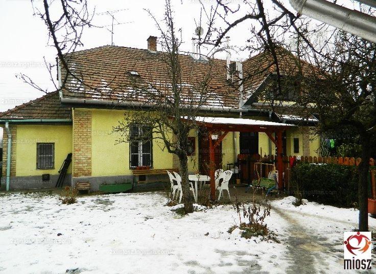 Eladó a XXII. kerületben a Rózsavölgyben egy 40 m2-es 1+ fél szobás önálló családi házrész beépíthető padlástérrel, 200 m2-es kerttel és...