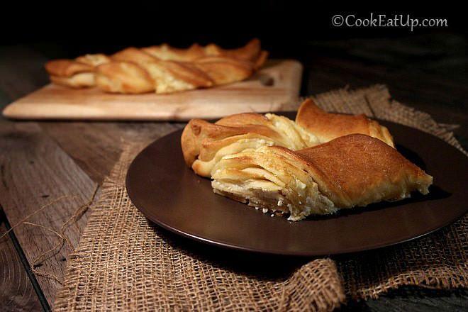 Στριφτή τυρόπιτα με μαλακή και αφράτη ζύμη που θυμίζει πεϊνιρλί. Η λιωμένη φέτα ανάμεσα στις στρώσεις της ζύμης την απογειώνει!