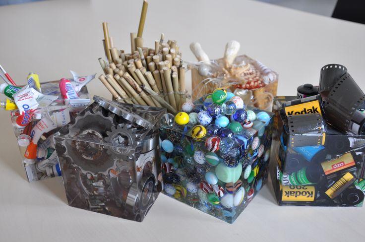 Gruppo di cubi realizzati colando in stampi quadrati oggetti di origine diversa