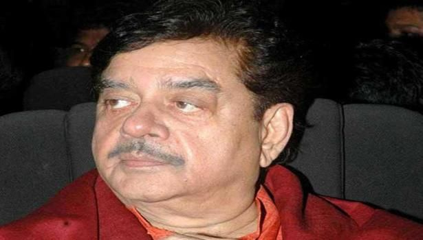 """With actor-politician Shatrughan Sinha creating storm through his comments against Narendra Modi and describing Bihar Chief Minister Nitish Kumar as """"PM material"""", the latter today praised the BJP leader for his uninhibited opinion."""