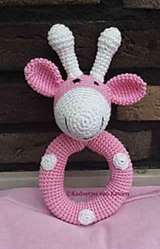 Kijk wat ik gevonden heb op Freubelweb.nl: een gratis haakpatroon van JB Crochet Designs & Creations om deze rammelaar Raf de Giraffe te maken https://www.freubelweb.nl/freubel-zelf/zelf-maken-met-haakkatoen-rammelaar/