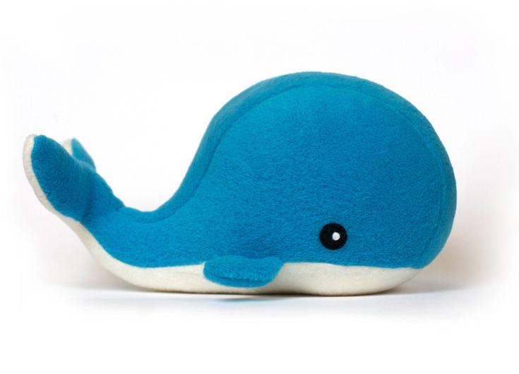 Maak je eigen knuffel met dit schattige walvis naai patroon.  Geschikt voor allerlei soorten stoffen.  Degen op de foto is gemaakt van katoen en vilt, de blauwe van fleece en vilt.  lengte...