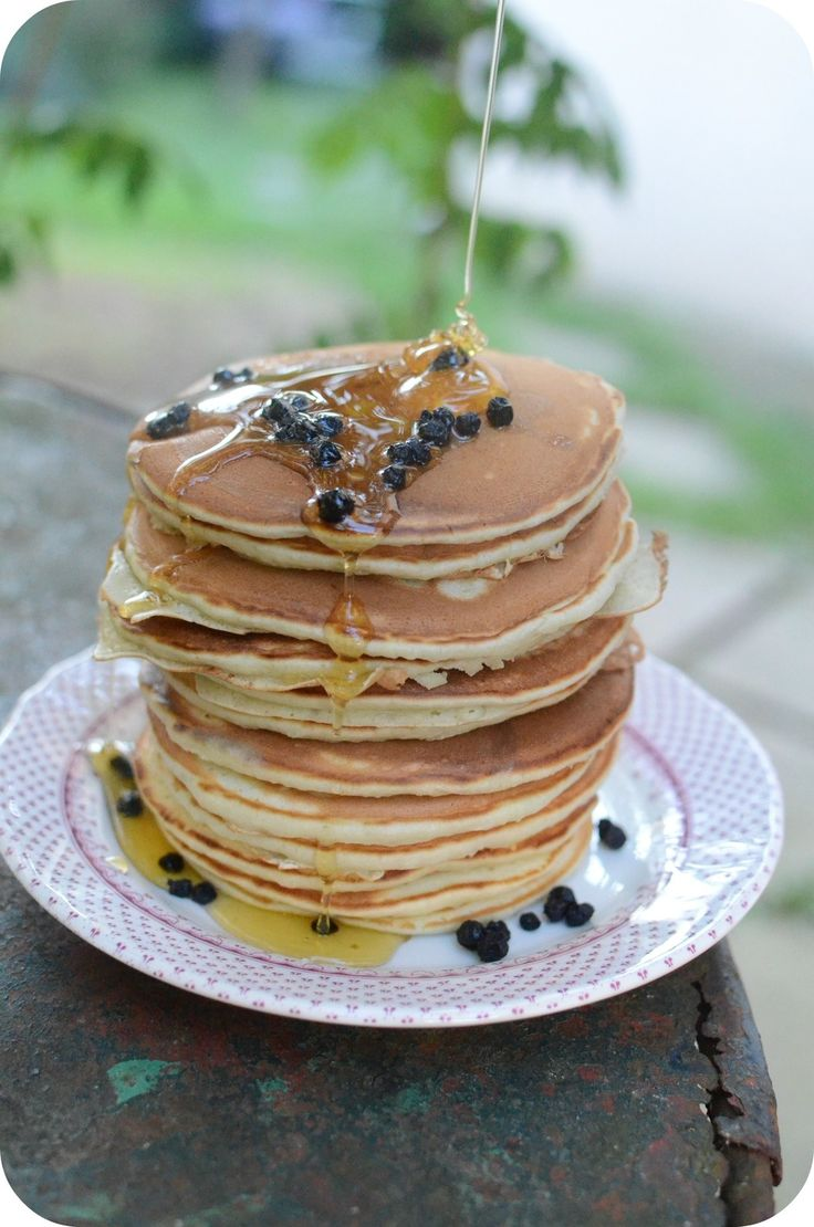 Miam miam ! Des pancakes pour vous aujourd'hui :) Sur le blog, j'en ai testé pas mal, il y en a aux dattes, à la banane, façon pain perdu, au chocolat et j'en passe... Aujourd'hui, je vous présente des pancakes de Ricardo ! Mais c'est qui Ricardo au fait...