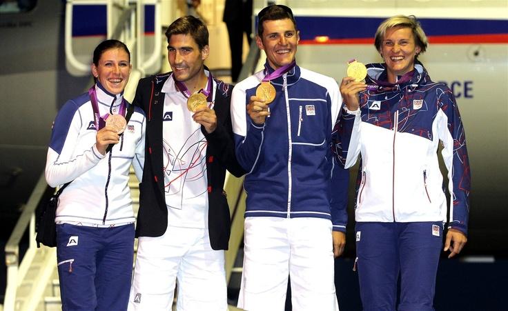 Na pražské letiště ve Kbelích přiletěla  další část sportovců z olympijských her v Londýně. Zleva Zuzana Hejnová, David Svoboda, Jaroslav Kulhavý a Barbora Špotáková.
