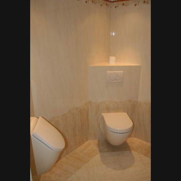 Toiletruimte met wandcloset bidet en urinoir