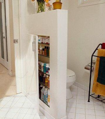 Hochkant in der Trennwand im Badezimmer untergebra…