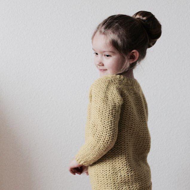 Min datter mente at jeg lavede denne trøje i en gul farve fordi hun er i gul gruppe i børnehaven. Måske det er derfor, måske er det fordi jeg synes den er virkelig lækker, måske er det en blanding 💛 //My daughter thought that I made this sweater in a yellow color because she is in the yellow group in kindergarten. Maybe that's why, maybe it's because I think it is really delicious, maybe it's a mixture 💛  #bypapara #mitdesign #hækle #hæklerier #Hæklet #crochet #hekle #virka…