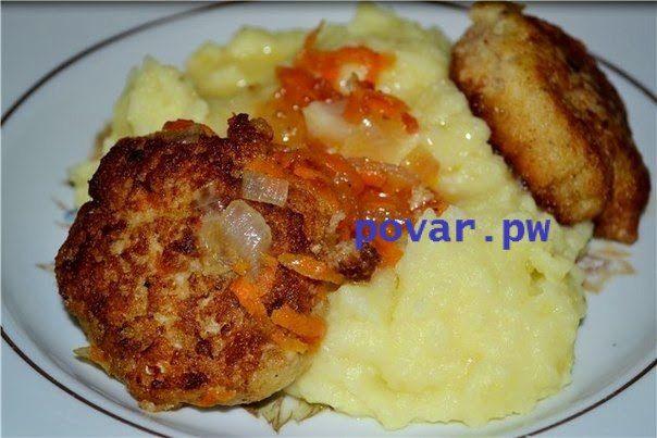 РЫБНЫЕ КОТЛЕТЫ В ОВОЩНОМ СОУСЕ  Ингредиенты: Хек - 1,1 кг Лук - 1 шт Яйцо - 1 шт Чёрствый хлеб - 200 гр соль, перец  Для соуса: Морковь - 2 шт Лук - 2 шт Томатная паста - 1 ст. ложка (лучше томатный сок или мы используем домашние перекрученные помидоры - 50 мл)  Мы берём обычно замороженный хек или натотению. Разморозить рыбу, отделить от костей. Хлеб размочить в воде. Перекрутить на мясорубке рыбу, хлеб и лук. Вмешать яйцо, соль, перец. Сформировать котлетки и обжарить на сковороде. Т.к…