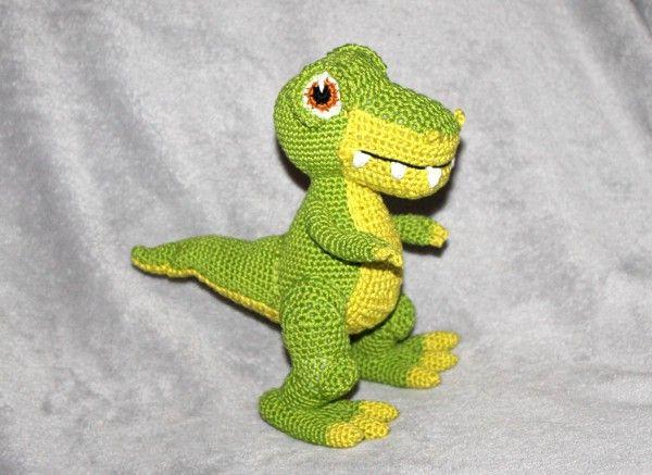 Dino-Freunde schnell reinklicken: Mit der PDF-Anleitung kannst Du Dir einen kuscheligen T-Rex häkeln. Supe auch als Geschenk + Deko + Spielzeug.