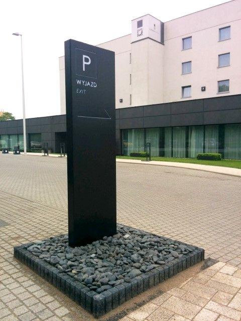 Pylon parkingowy dla Hotelu Ilonn