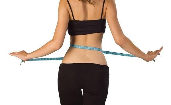Упражнения для талии  Те девушки, которые хотят иметь тонкую талию, опасаются делать упражнения на боковые и косые мышцы живота, поскольку такие упражнения могут привести к обратному эффекту: мышцы увеличатся в объеме, а, следовательно, талия не станет тоньше.   Ниже, вашему вниманию предлагаются упражнения, которые не качают боковые мышцы, а помогают именно согнать жир с талии. При регулярных занятиях вы увидите, что рыхлый жирок на талии уменьшится. Количество повторов для каждого упражнен