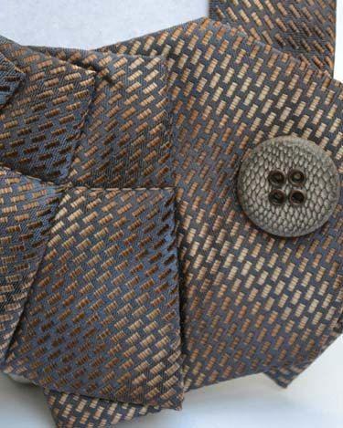 Eine neue Torsion auf dem alten Riegel! :) Die Upcycled Krawatten machen eine gewagte Aussage sowie Ihrer täglichen Garderobe ein wenig Pep! hinzu. Probieren Sie es mit der klassischen weißen Tee & Jeans, farbigen jeder Tank-Tops, Kragen Hemden und sogar Freizeit-Kleider. Es wird sicher Eindruck machen!  Keine zwei Krawatten sind gleich. Der MyTie schließt mit einer Schaltfläche Pin. Die Tasten sind für mehr Vielfalt mit Ihrem Kleidungsstück austauschbar und leicht verstellbar um Ihren Hals…