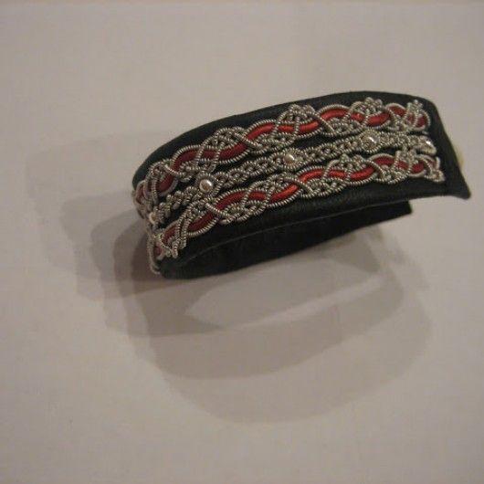 Gjorde denna på svart renskinn med tenntråd (4% silver) röd skinn rundrem och äkta silverpärlor. Satte en tenn stav knapp på denna.