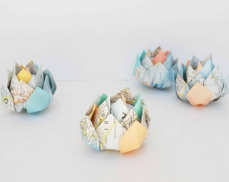 origami facile à faire: fleurs de lotus en carte routière pour la déco de table
