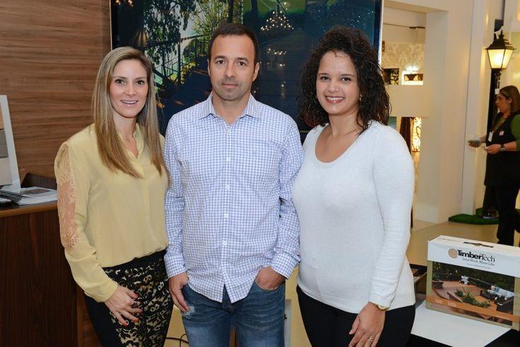 Alessandra Abage Gomes e Edésio Gomes, da TimberTech, recebem a arquiteta Andréa Posonski no café da manhã na Irmãos Abage .
