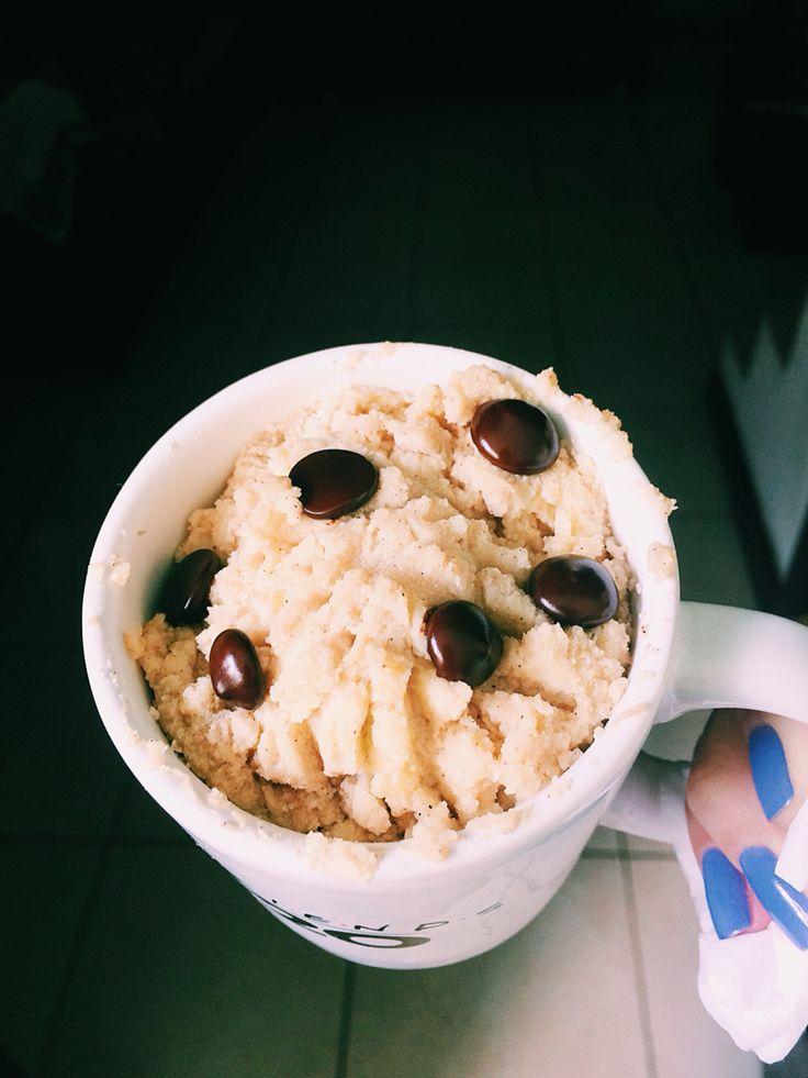 Bolo de banana de caneca: 1 banana 1 colher de farinha de amêndoas  1 ovo 1 colher de cafe de extrato de baunilha  1 colher de chá de fermento Canela em pó Gotas de chocolate 70%