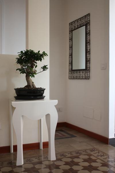 Tavolino da parete, dall'estetica vintage. arredamento