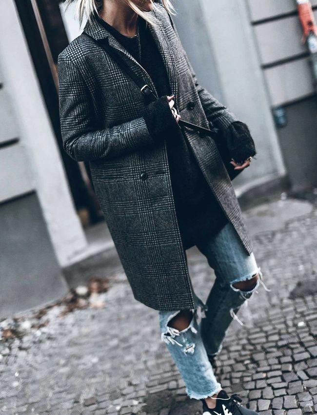 Manteau droit à carreaux masculin + jean déchiré = le bon mix (manteau Sézane - photo Jacqueline Mikuta)
