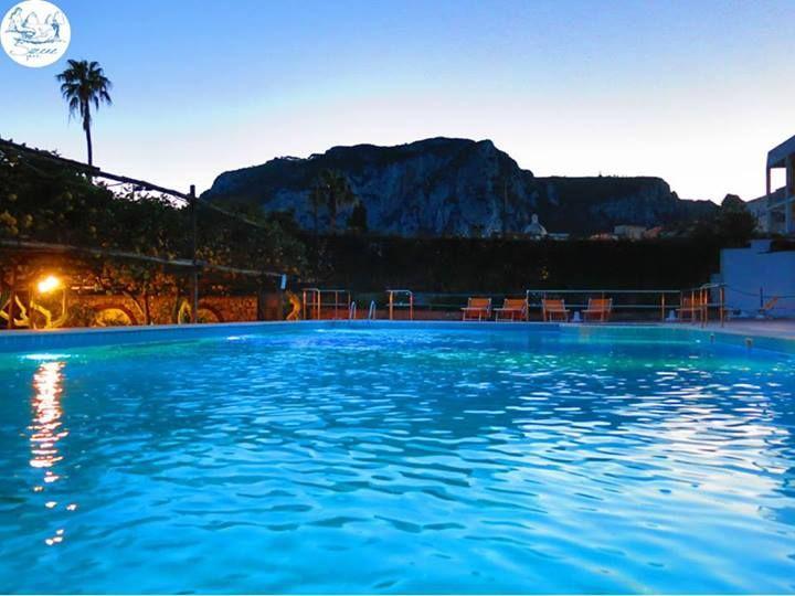 La magia di una nuotata in piscina al #tramonto. Posted by BEST WESTERN Hotel Syrene #capri #piscina