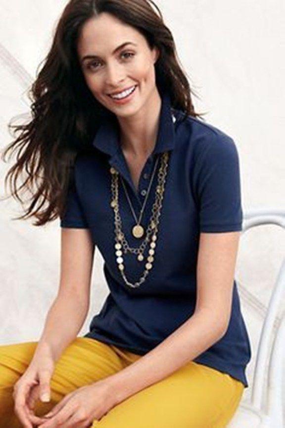 look-com-polo-feminina-azul-marinho-calça-mostarda-colar-longo-liliane-fundão