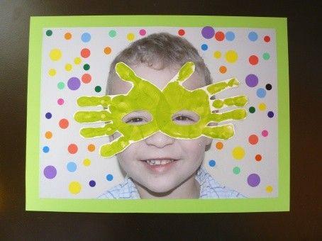 Tableau masque de carnaval en empreintes de mains pour cadeau anniversaire maman