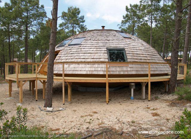 Elevada sobre una plataforma con pilotes producida por - Como hacer una cabana de madera ...