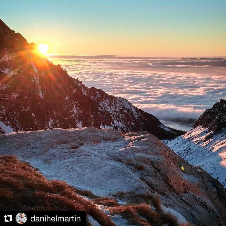 Tieto východy slnka má vždy fascinovali. Každou lokalitou krajinou či len uhlom pohľadu sú iné jedinečné no proste nádherne. Prajem každému krásne rána. :-)  #praveslovenske od @danihelmartin  #slovensko #sun #sunrise #mountains #tatrymountains #winter #slovakia #tatry #vysoketatry #teryhochata #snow #hills #clouds #inversion #climbing #hiking