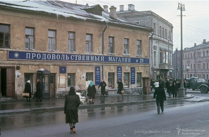 В сети обнародована заключительнаячасть нашумевшего архива Мартина Манхоффа, работавшего в СССР дипломатом в посольстве США. Коллекция включает огромное количество редких цветных фотографий, сделанных в Москве в 50-е годы.