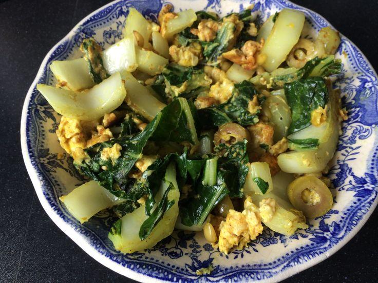 Roerei paksoi, olijf en pijnboompitten met kruiden: hot kerrie, zeezout peper