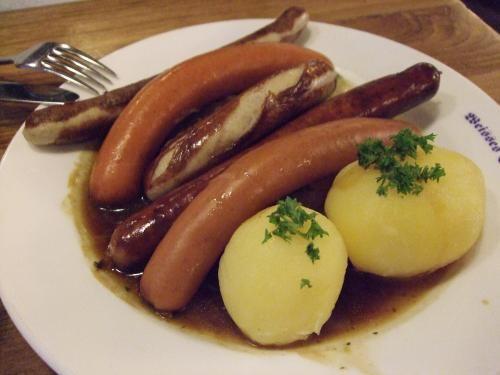 ドイツ  一般的に、塩や香辛料でひき肉を味付けしたものを動物の腸に詰め、燻煙やボイルをしたものが、ソーセージ。日本では、日本農林規格により使った腸によって名称が変わる。豚腸又は製品の太さが20mm以上36mm未満のソーセージはフランクフルトソーセージ(ドイツ・フランクフルトに由来)。