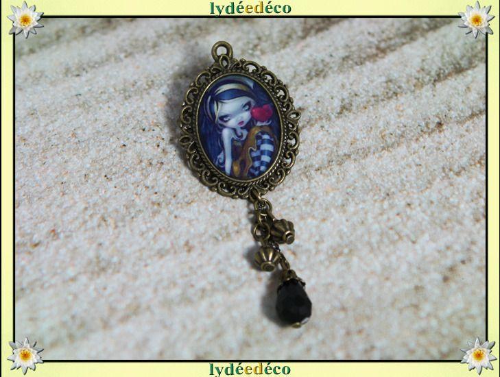 Broche Lovely dentelle retro coeur tons bleu noir rouge en resine et perles : Broche par lydeedeco