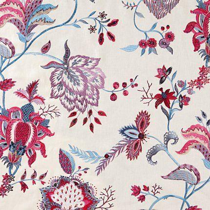 Tissu Beauregard chez Manuel Canovas. Tissu en lin brodé de motifs d'inspiration indienne chez Manuel Canovas.