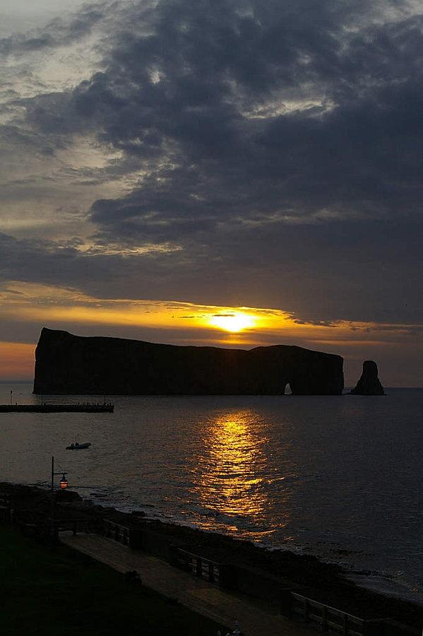 lever du soleil sur le rocher percé